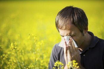 Человек, страдающий от аллергии