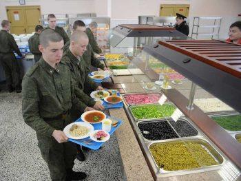 Военнослужащие в столовой