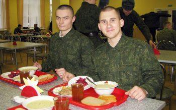Военнослужащие обедают