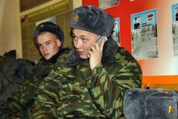 Военнослужащий с телефоном